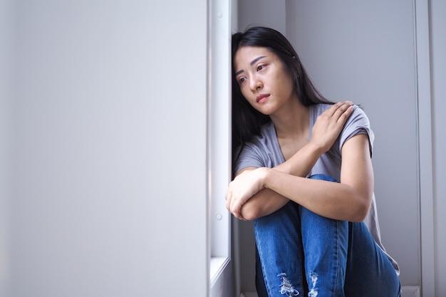 Mulheres asiáticas com doença mental, ansiedade, alucinações, quedas mentais Foto Premium
