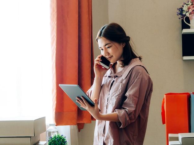 Mulheres asiáticas com seu vendedor em linha do negócio freelance do trabalho. Foto Premium