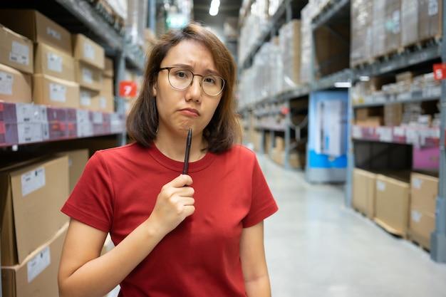 Mulheres asiáticas do retrato, equipe de funcionários, contagem do produto gerente de controle do armazém que está, Foto Premium