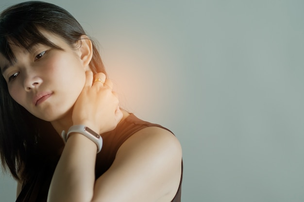 Mulheres asiáticas dor de garganta, dor de garganta menina em fundo branco Foto Premium