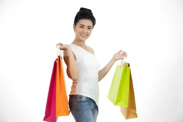 Mulheres asiáticas e linda garota está segurando sacolas de compras e sorrindo Foto Premium
