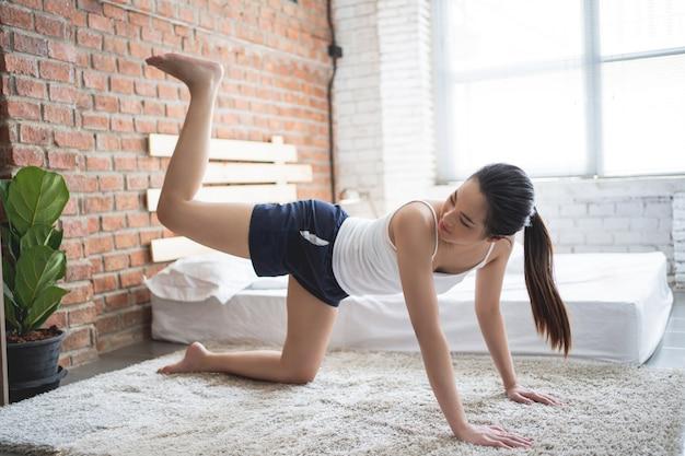 Mulheres asiáticas, exercitando-se em casa pela manhã. Foto gratuita