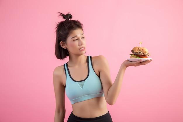 Mulheres asiáticas recusam fast food por causa do emagrecimento em rosa Foto gratuita