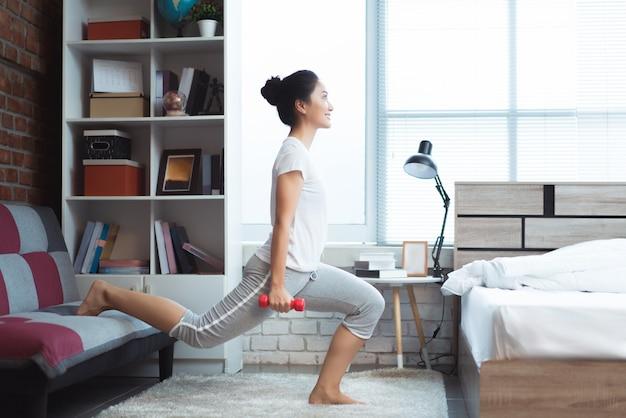 Mulheres asiáticas se exercitando na cama pela manhã, ela se sente refrescada. ela age como squash. Foto Premium