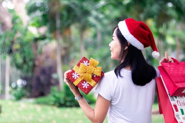 Mulheres asiáticas, segurando, presente, e, sacolas, shopping, com, desgaste, brinco Foto Premium