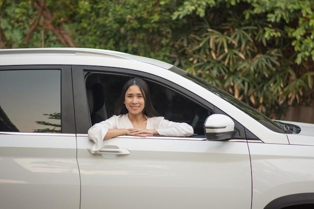 Mulheres asiáticas, sentado no carro conceito negócios finanças seguros viagens Foto Premium
