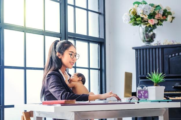 Mulheres asiáticas trabalhando nos negócios e criando os filhos em casa Foto Premium