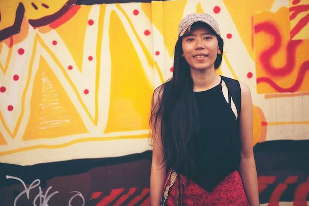 Mulheres asiáticas viajam em cingapura Foto Premium