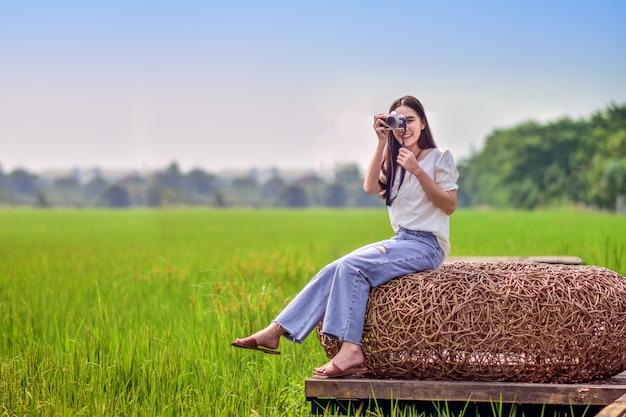 Mulheres asiáticas viajam na natureza com câmera tirando foto Foto Premium