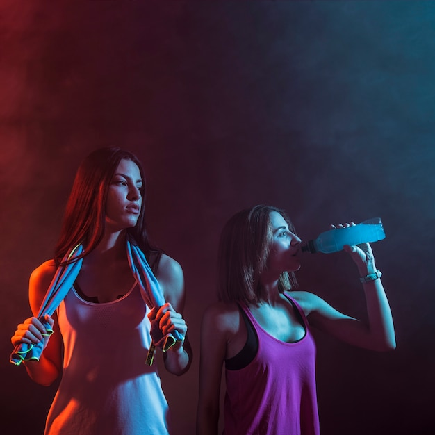 Mulheres atléticas posando com confiança no estúdio Foto gratuita