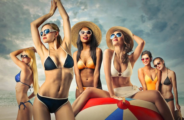 Mulheres atraentes em biquínis Foto Premium