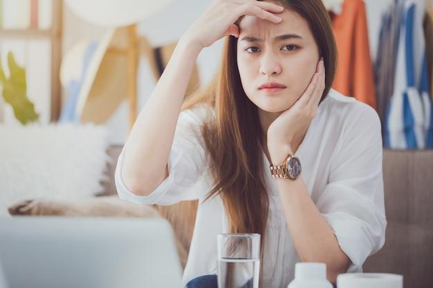 Mulheres bonitas asiáticas fatigantes e dor de cabeça após o workingcept. Foto Premium