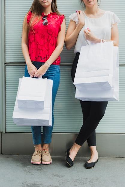 Mulheres bonitas com sacolas brancas Foto gratuita
