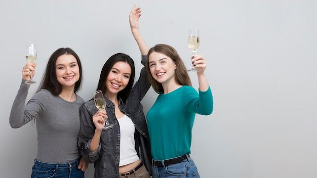 Mulheres bonitas comemorando juntos Foto gratuita