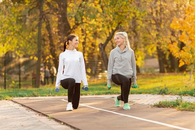 Mulheres bonitas fazendo exercícios de alongamento Foto gratuita