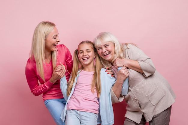 Mulheres bonitas felizes rindo Foto gratuita