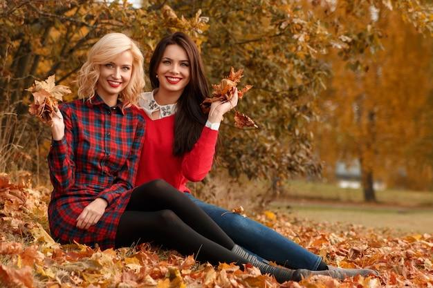 Mulheres bonitas no parque outono Foto Premium