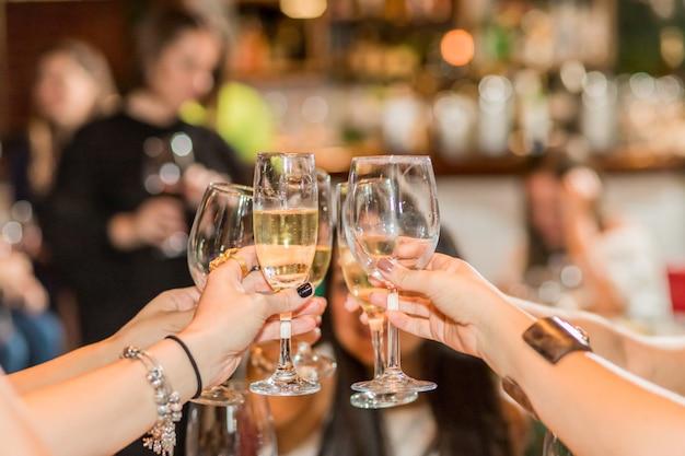 Mulheres brindando com bebidas Foto Premium