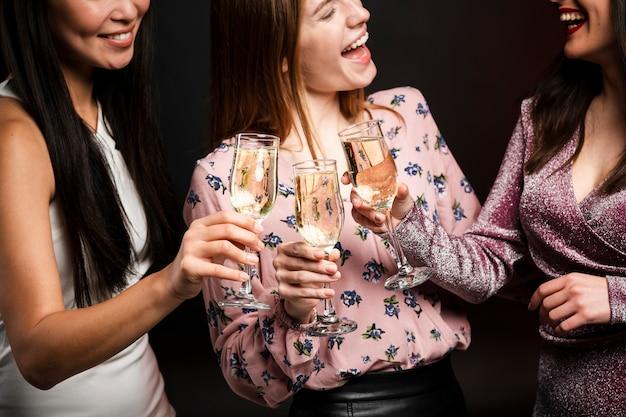 Mulheres brindando em comemoração de ano novo Foto gratuita