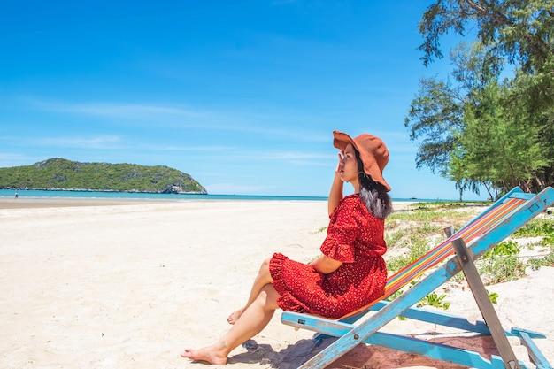 Mulheres, chapéus, sentando, cadeiras, praia, em, a, verão Foto Premium