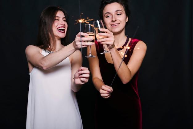 Mulheres, clanging, copos champanha Foto gratuita