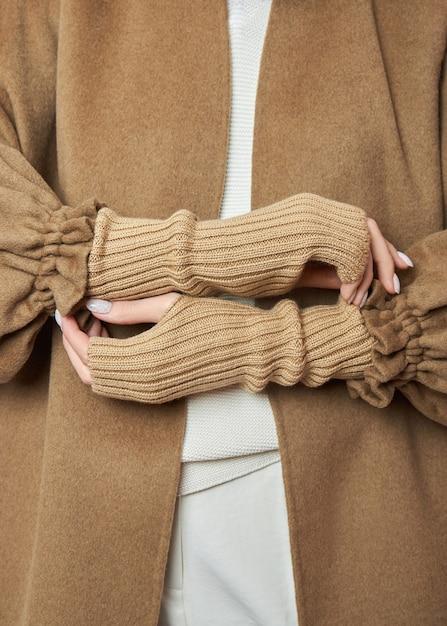 Mulheres com as mãos em luvas de inverno quentes. roupas de outono. lindas manicuras de unhas Foto Premium