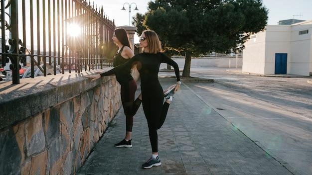 Mulheres confiadas treinando juntas na rua Foto gratuita