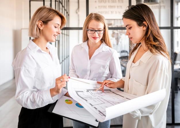 Mulheres de alto ângulo trabalhando juntos Foto gratuita