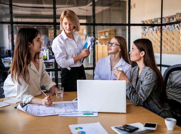 Mulheres de alto ângulo trabalhando na reunião Foto gratuita