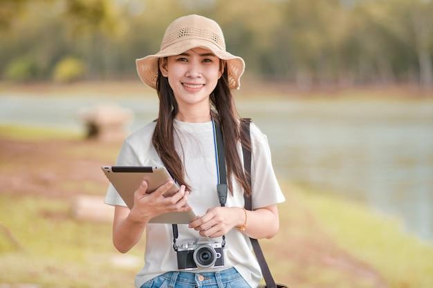 Mulheres de beleza segurando o tablet com câmera Foto Premium