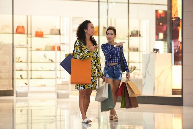 Mulheres de compras Foto gratuita
