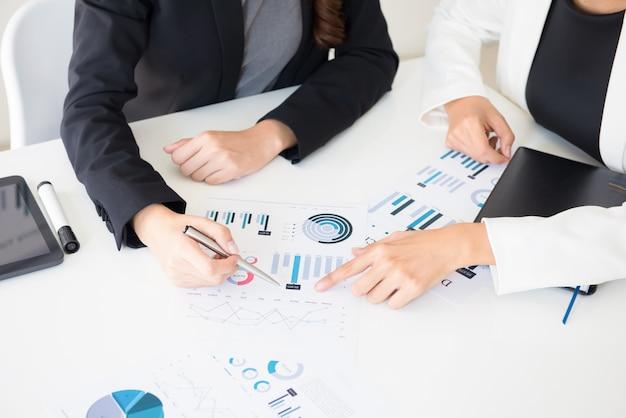 Mulheres de negócios a discutir documentos gráficos financeiros Foto Premium
