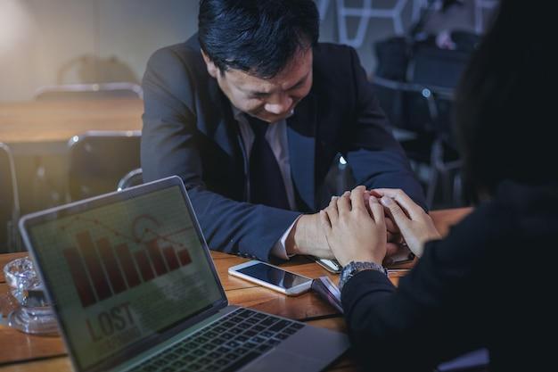 Mulheres de negócios dão as mãos para aplaudir e encorajar seus colegas sobre as perdas de negócios. Foto Premium