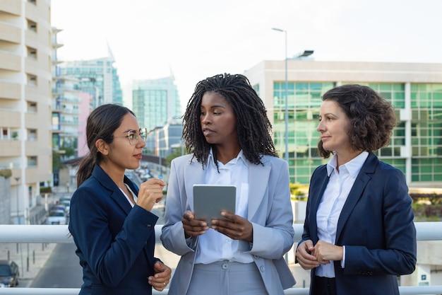 Mulheres de negócios profissionais com tablet pc Foto gratuita