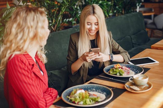 Mulheres de negócios trabalhando juntos Foto gratuita