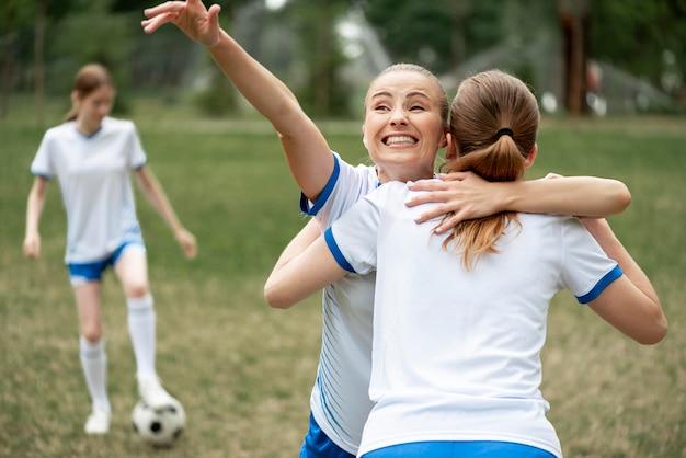 Mulheres de tiro médio se abraçando Foto gratuita