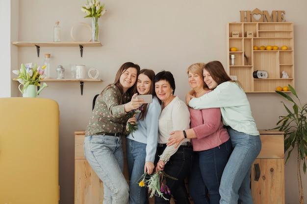 Mulheres de todas as idades se abraçando Foto gratuita