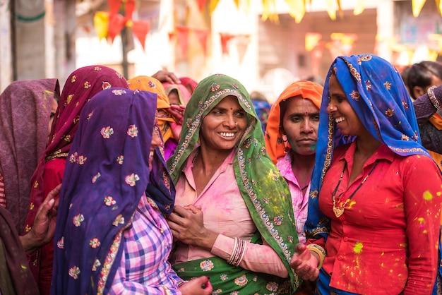 Mulheres em sarees coloridos na aldeia de agra, índia Foto Premium