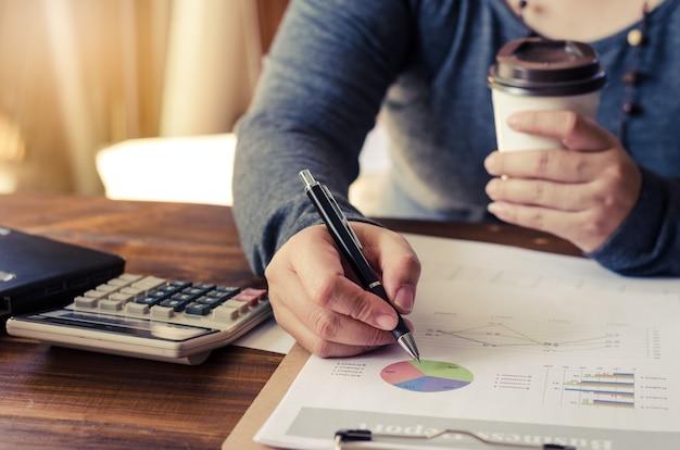 Mulheres escrevendo e segurando a xícara de café no conceito de negócio do escritório Foto Premium