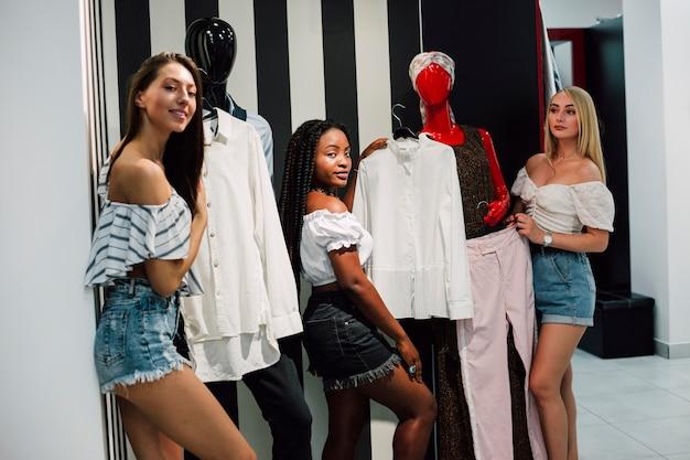 Mulheres esperando na sala para experimentar roupas Foto gratuita