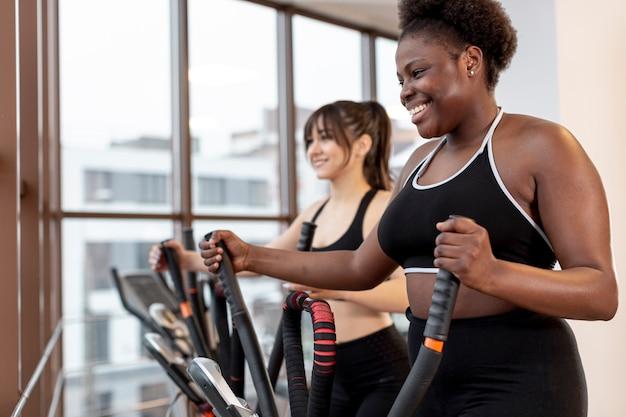 Mulheres exercitando na esteira Foto gratuita