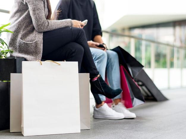 Mulheres fazendo uma pausa enquanto fazia compras Foto gratuita