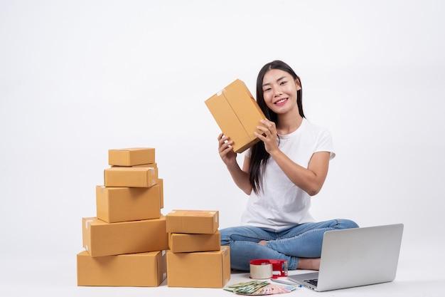 Mulheres felizes de encomendar produtos de clientes, empresários que trabalham em casa em um backg branco Foto gratuita
