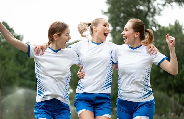 Mulheres felizes expressando vitória Foto gratuita