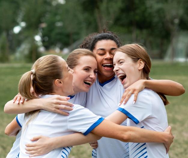 Mulheres felizes se abraçando ao ar livre Foto gratuita