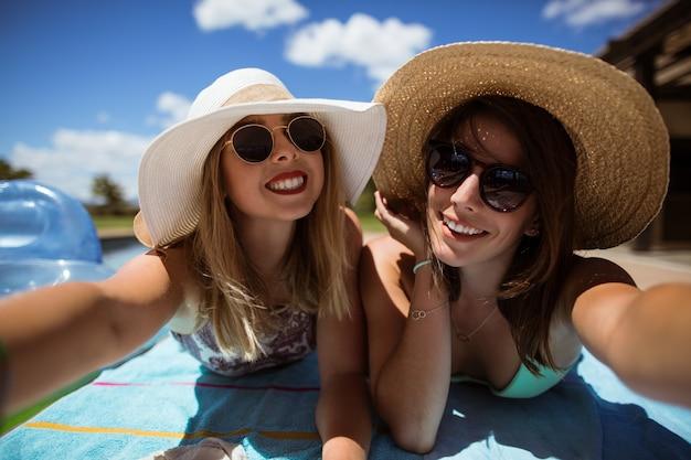 Mulheres felizes tomando banho de sol Foto gratuita