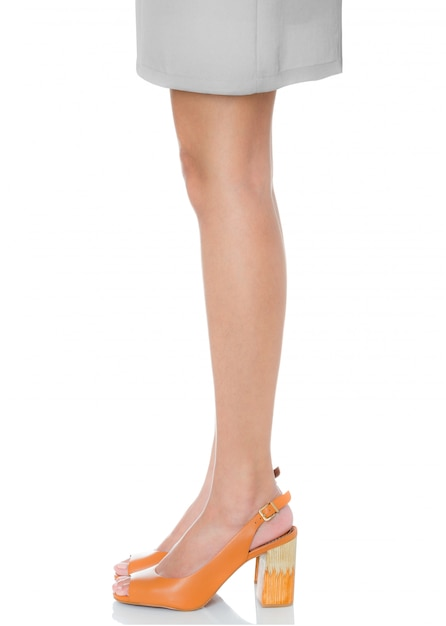 Mulheres, ficar, pose, desgastar, couro, robusto, salto alto, moda, sapatos, com, vista lateral, perfil, isolado, branco Foto Premium