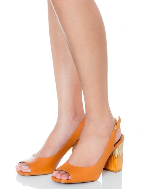 Mulheres, ficar, pose, desgastar, couro, robusto, salto alto, moda, sapatos, com, vista lateral, perfil Foto Premium