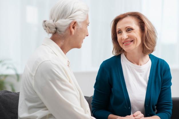 Mulheres idosas olhando uns aos outros Foto gratuita