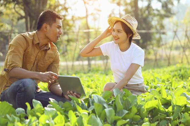 Mulheres interessadas em agricultura orgânica. ela está aprendendo com um palestrante em um campo real. Foto Premium